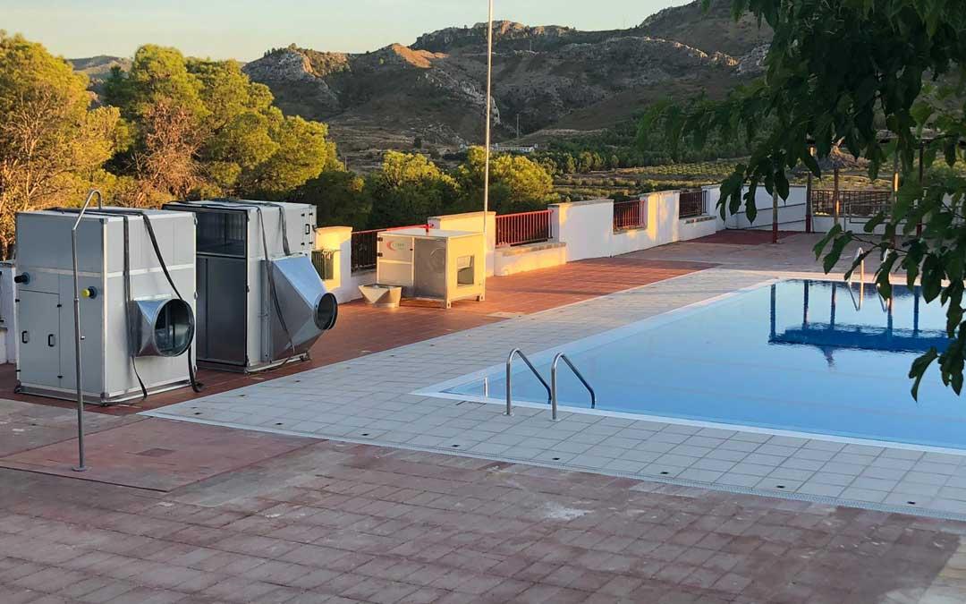 Se está cubriendo la piscina de verano con una carpa presostática / Ayto. Calanda