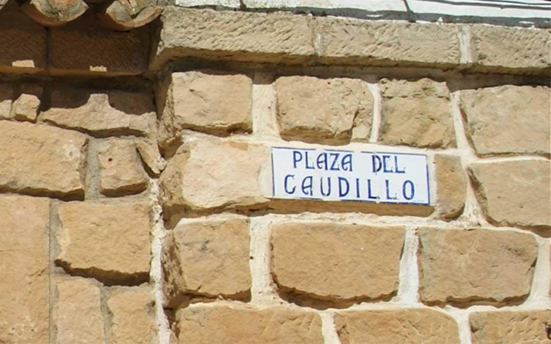 En Valmuel aún se encuentra la plaza del Caudillo dedicada a un dictador, Franco