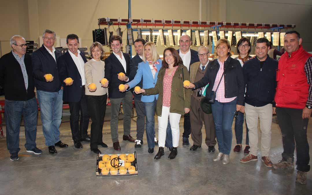 Foto de familia de los miembros de la candidatura del PP y diputados junto a Tejerina y los propietarios de la empresa / L. Castel