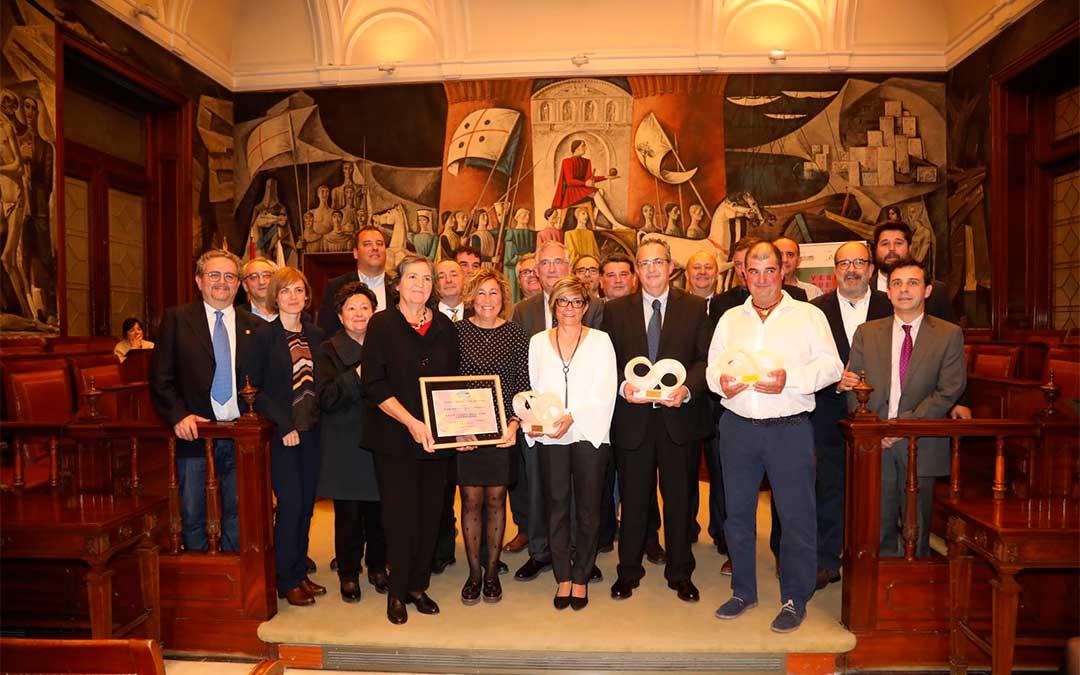 Premiados, miembros de Alianza Agroalimentaria Aragonesa y representantes de DPZ./ Agencia Almozara
