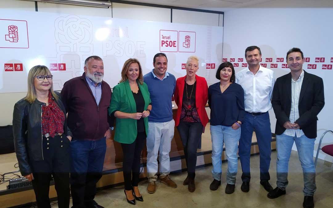 Foto de familia de la candidatura del PSOE al Congreso y Senado por Teruel junto a la secretaria general y el coordinador de campaña / PSOE