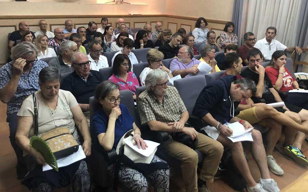 Las butacas del salón de plenos se llenaron en el Consejo de Ciudad de Alcañiz e incluso hubo quien se quedó de pie / L. Castel