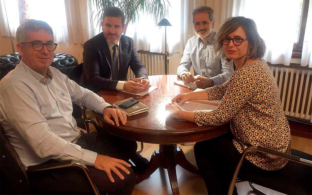 Reunión mantenida por el consistorio alcañizano, Ignacio Urquizu, y la CHE./ Ayuntamiento de Alcañiz