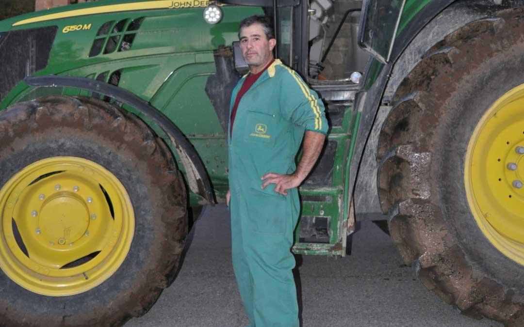 El alcalde de Peñarroya volviendo de una jornada de labranza en uno de los campos que cultiva