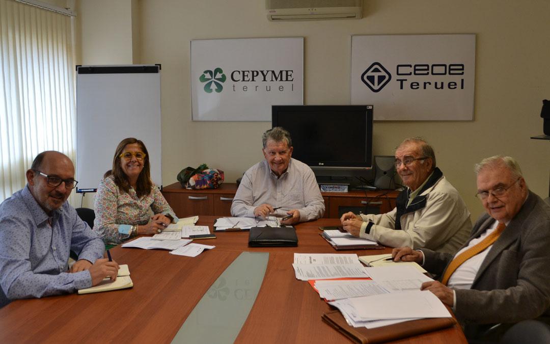 Cinco de los miembros del comité de dirección de SECOT, ayer en la sede de CEOE Cepyme en Alcañiz.