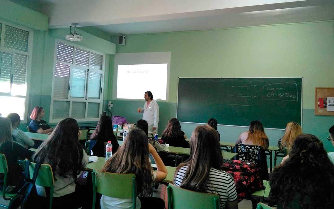 El farmacéutico Eduardo Satué impartiendo una de las sesiones en el IES Mar de Aragón de Caspe.