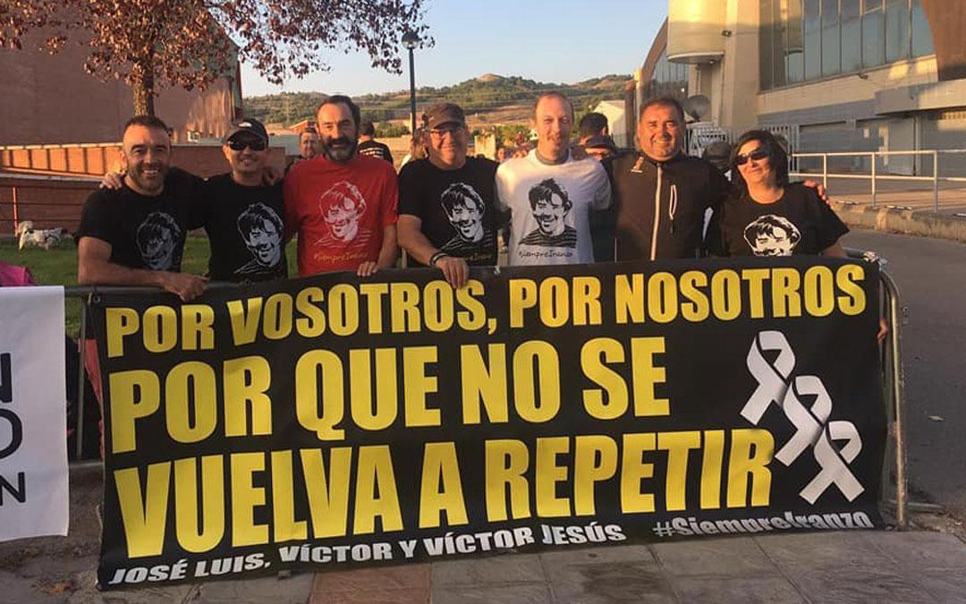 Los Amigos de Iranzo se han concentrado a las puertas del mitin de Pedro Sánchez en Teruel para dejar patente que el Gobierno aún no les ha respondido a sus 87 preguntas