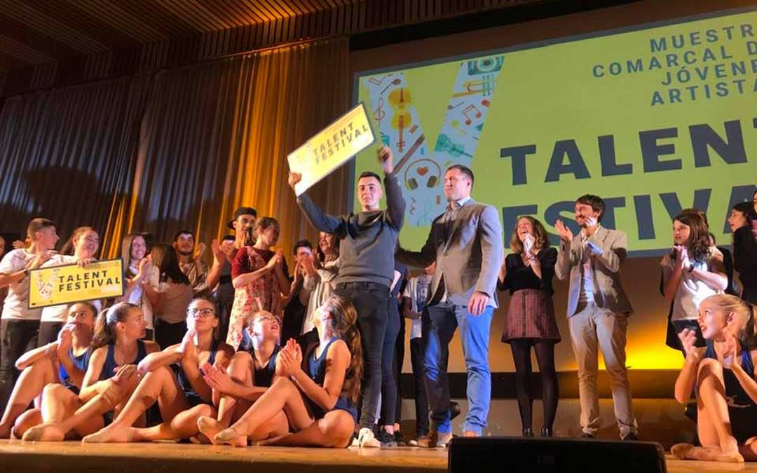 El primer clasificado, que sorprendió al público con un rap, recogiendo su premio.