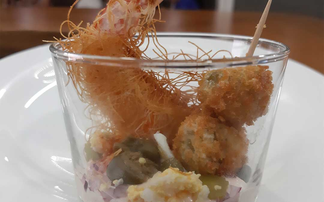 La tapa ganadora del Gastrobar Micelios está inspirada en los alimentos típicos de la hora del vermú./ Gastrobar Micelios