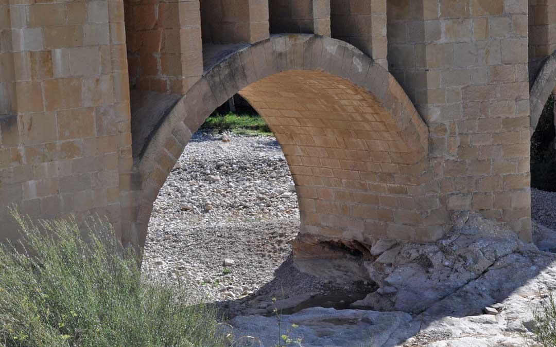 El socavón es evidente en uno de los pilares del puente.