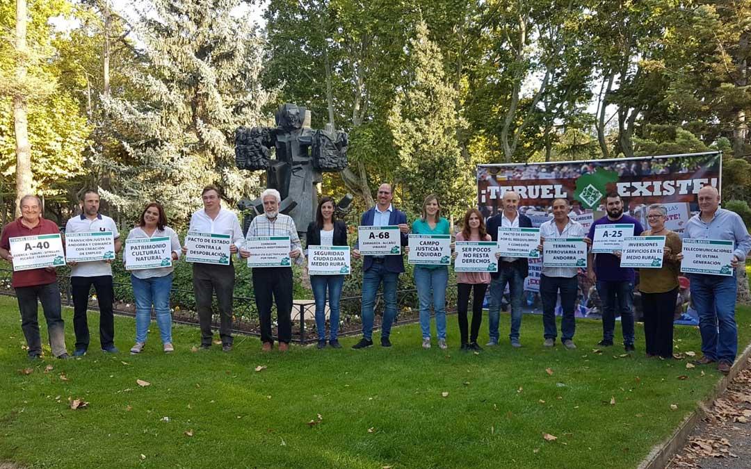 Foto de grupo de toda la candidatura al Congreso y al Senado de Teruel Existe