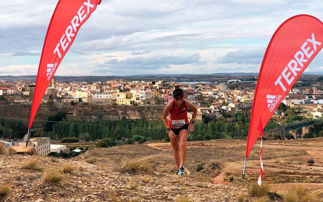 La corredora Yaiza Miñana, vencedora en la categoría de féminas en el trail corto de 12 kilómetros, durante la prueba. Como se puede ver en la imagen, los deportistas participantes pudieron disfrutar de espectaculares vistas.