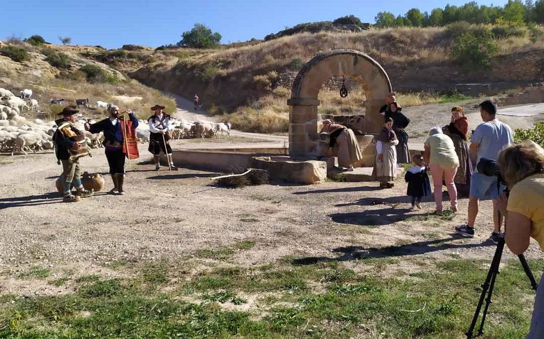 El Bajo Aragón se enfunda la indumentaria tradicional en un calendario benéfico