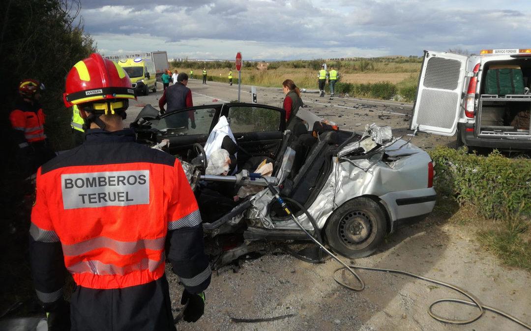 Un muerto en un choque frontal entre un camión y un coche en la N-232 en Híjar