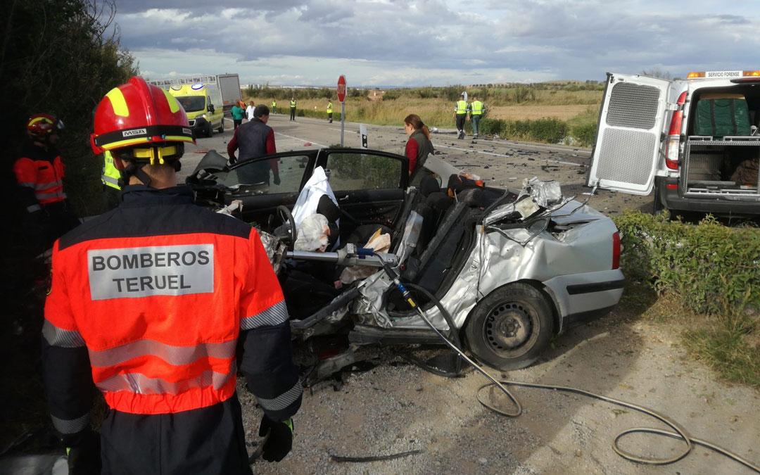 Imagen de archivo. Accidente entre un camión y un coche en la N-232 a la altura de Híjar / Servicio de Bomberos de la Diputación de Teruel