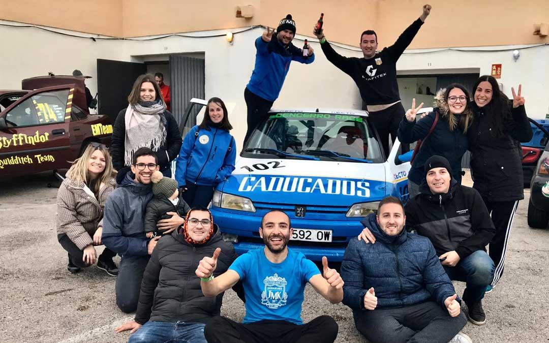 El equipo CR Team en compañía de un grupo de amigos en el circuito de Calafat