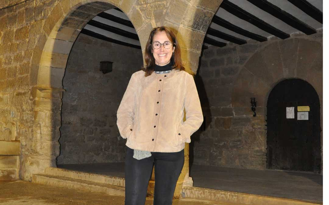 La alcaldesa de La Portellada en la fachada de la casa consistorial.