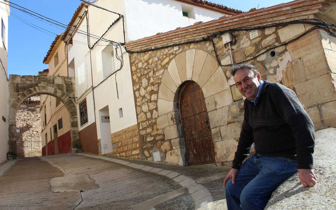 Ricardo Alquézar, en una de las entradas a la plaza del Ayuntamiento de Alacón. / B. Severino