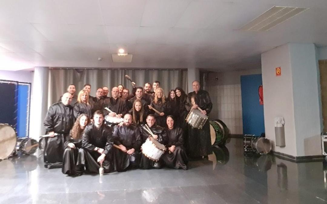 El Grupo de Tambores y Bombos de Albalate entre bambalinas en el pabellón Príncipe Felipe donde actuaron con Berna. / L. P.
