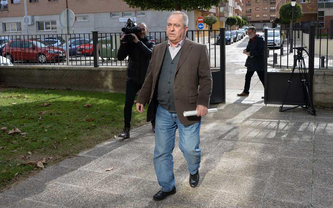Luis Fernando Marín a su llegada a los juzgados de Calamocha para declarar por un presunto caso de abuso sexual. / Jorfe Escudero-Heraldo