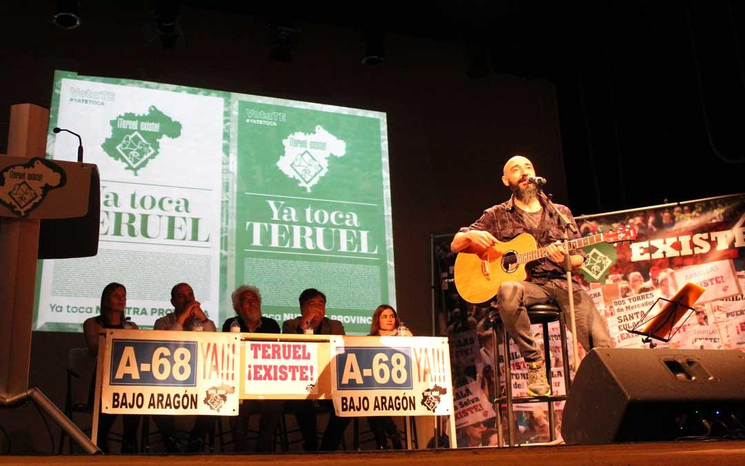 'Kapi' de Azero puso la música en su versión acústica en el acto de Teruel Existe sobre las tablas del teatro de Alcañiz. / B. Severino