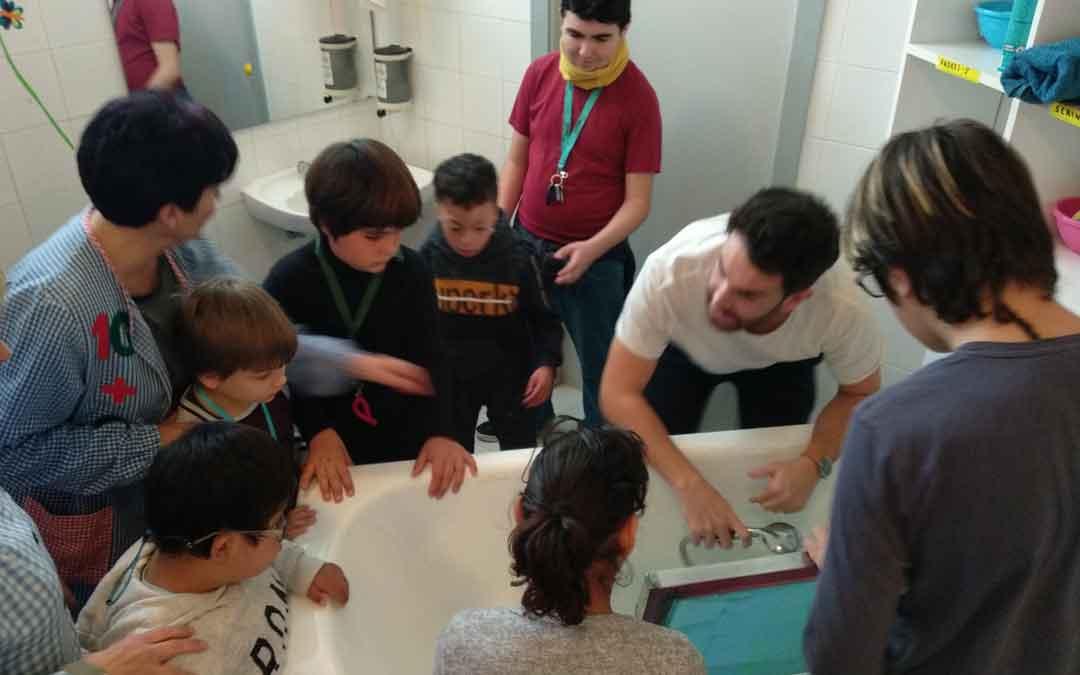 Alumnos de 2º y 3º de etapa básica el miércoles en el taller de plástica. GLORIA FUERTES