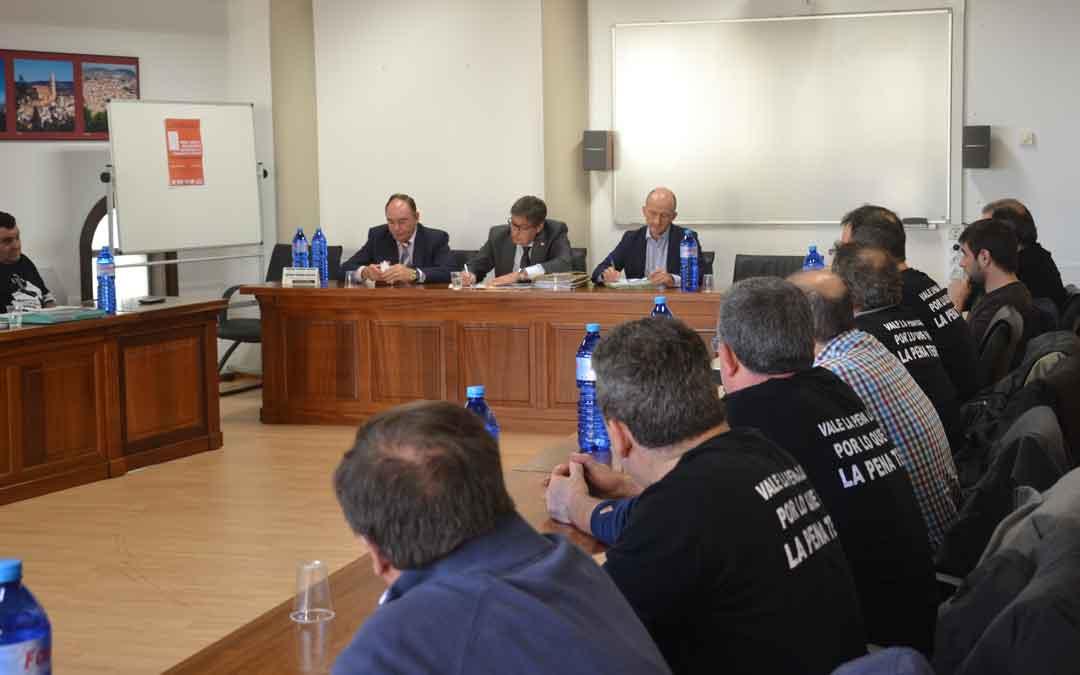La plataforma de los trabajadores de las subcontratas reunida ayer con Arturo Aliaga. M. QUÍLEZ