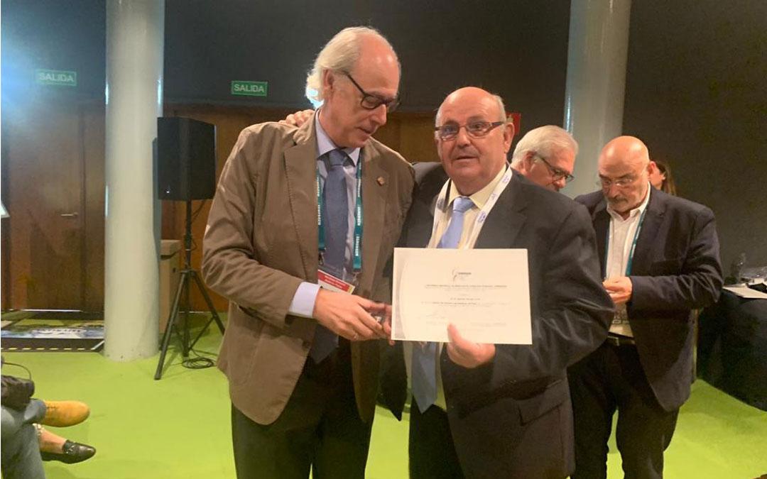 Antón Borraz sostiene su diploma en el 41º Congreso Nacional de la Sociedad Española de Médicos de Atención Primaria (SEMERGEN). Fue nombrado socio de honor con medalla de plata que dedicó a los compañeros de profesión.