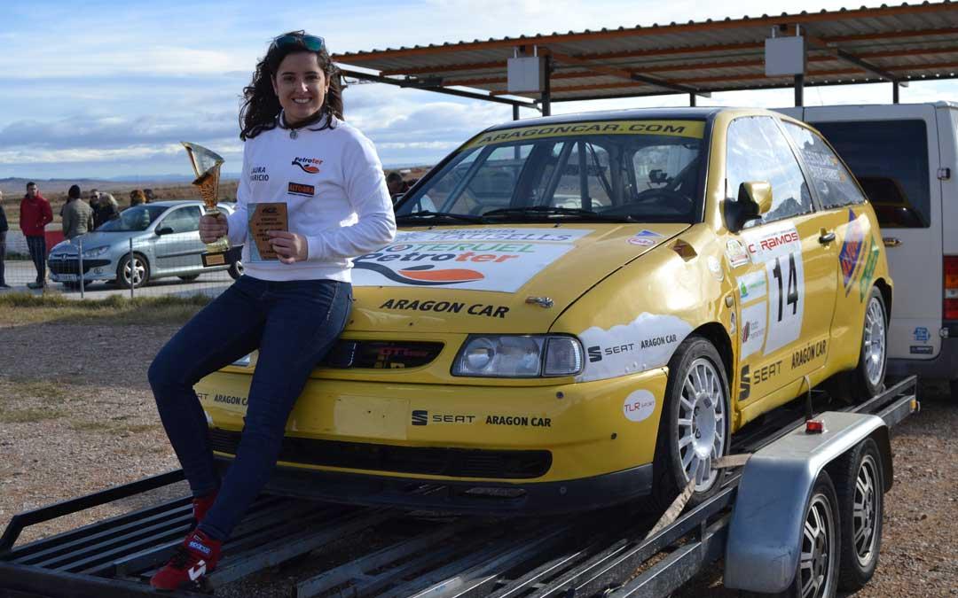 Laura Aparicio con los trofeos conquistados sobre el Seat Ibiza GTi con el que ha competido en el regional de slalom
