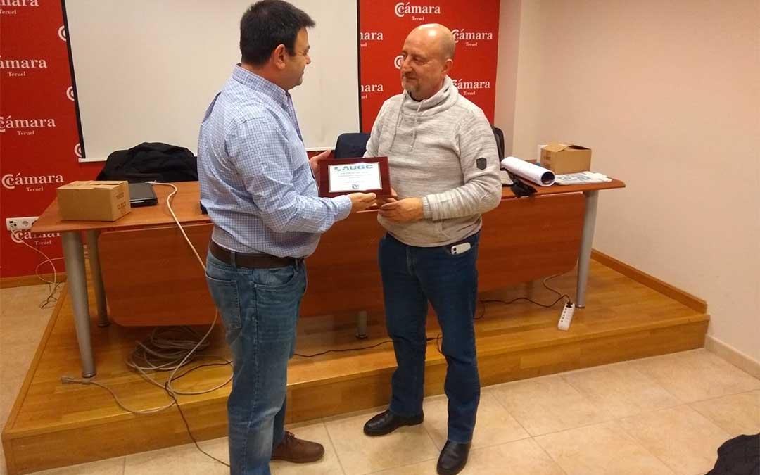 Juan Esteban Díaz recibe la placa de recuerdo por su fidelidad y apoyo a AUGC durante estos últimos 25 años.