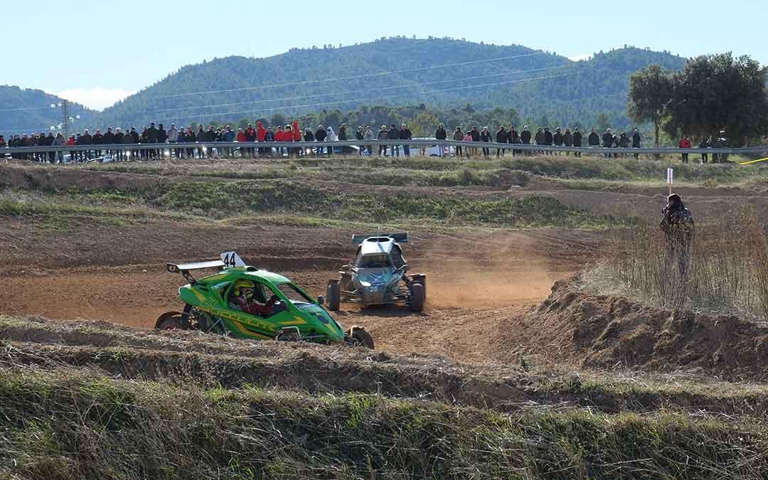 Numerosos público durante toda la mañana en el circuito de Autocross de Aguaviva./ Alicia Martín