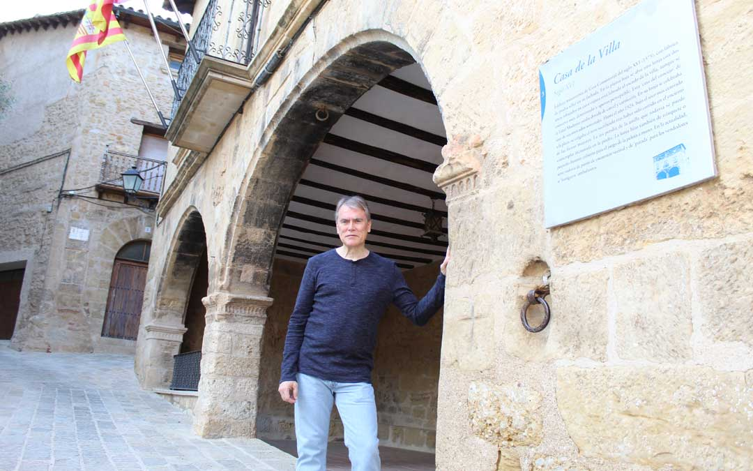 Alberto Bayod, historiador y alcalde, en la puerta del ayuntamiento, edificio declarado BIC. / B. Severino