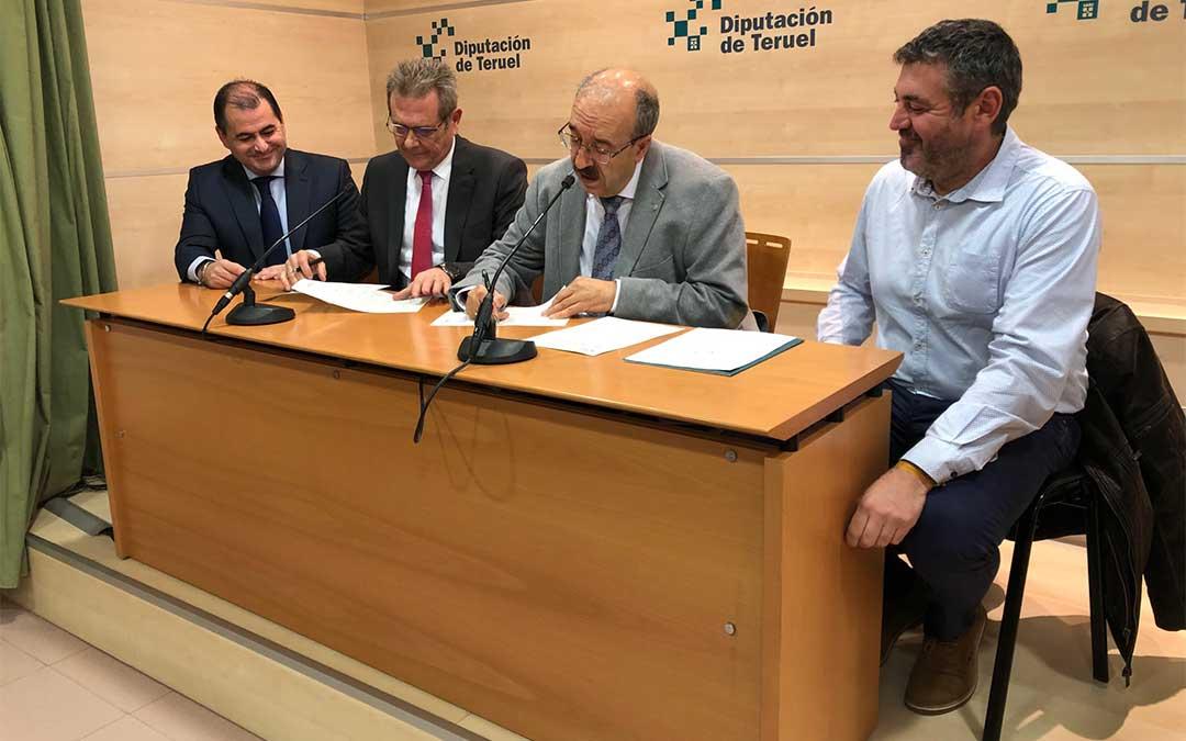 En la mesa de izquierda a derecha: el director general de Caja Rural de Teruel, David Gutiérrez, el presidente de Caja Rural de Teruel, José Cuevas; el presidente de la Diputación de Teruel, Manuel Rando, y el diputado delegado de Agricultura y Ganadería de la DPT, y Antonio Pérez.