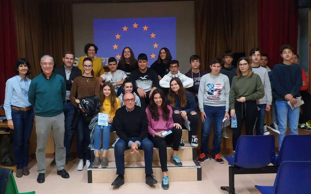 Alumnos participantes en esta charla junto a los responsables del Consejo Aragonés del Movimiento Europeo. /Colegio San Valero de Alcañiz
