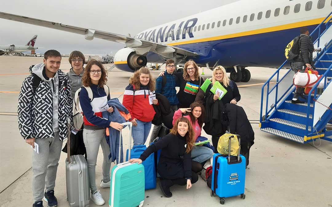 Los alumnos del Gloria Fuertes posan para sacarse una última foto antes de emprender su viaje rumbo a Bélgica./ CPEE Gloria Fuertes
