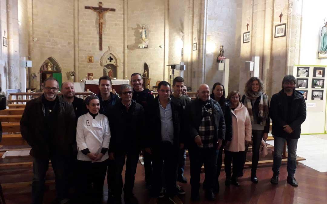 Foto de familia de autoridades y algunos de los ganadores del concurso.