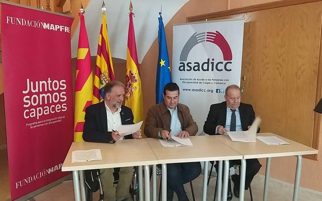 Momento de la firma del convenio entre las tres partes: ASADICC, el Ayuntamiento de Fayón y la Fundación MAPFRE./ L.C