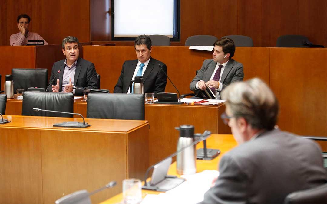 Al fondo a la derecha, el portavoz de Agricultura del Partido Popular, Ramón Celma.