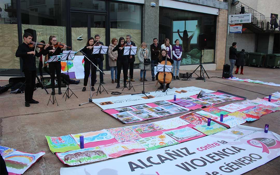 Alcañiz ha conmemorado este lunes el Día Internacional contra la Violencia de Género./ L. Castel