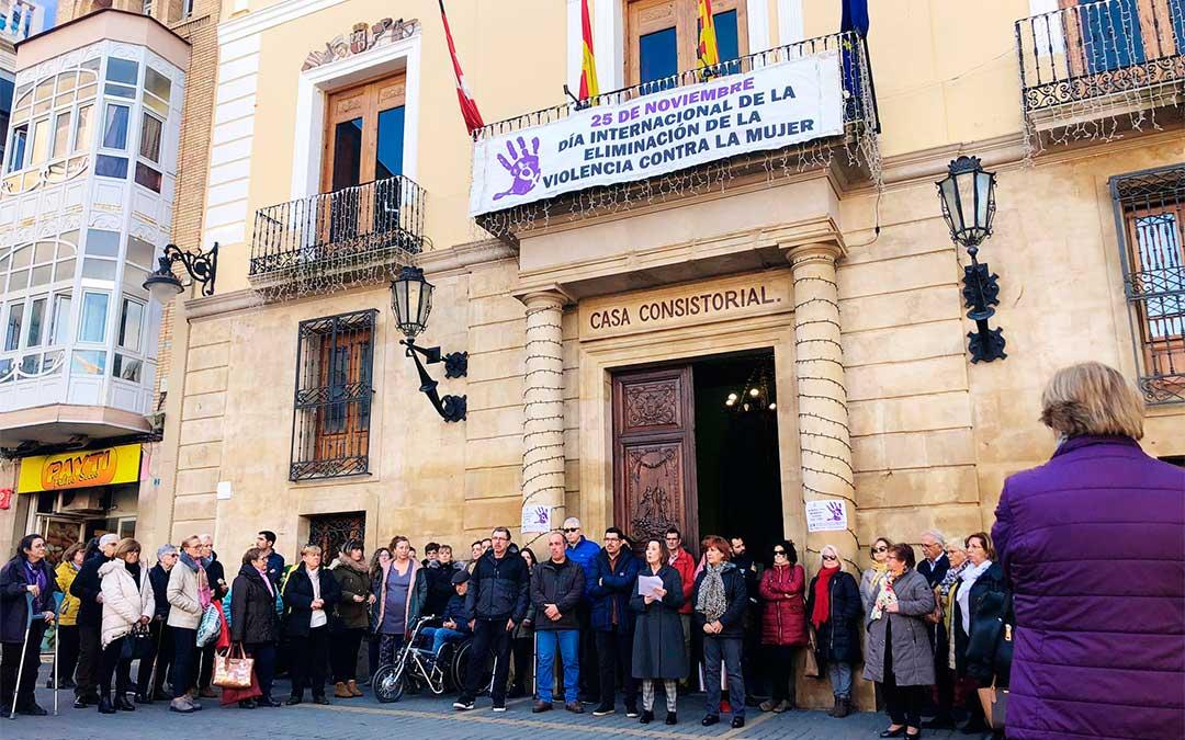 Lectura del manifiesto contra la violencia de género frente a la Casa Consistorial de Caspe.
