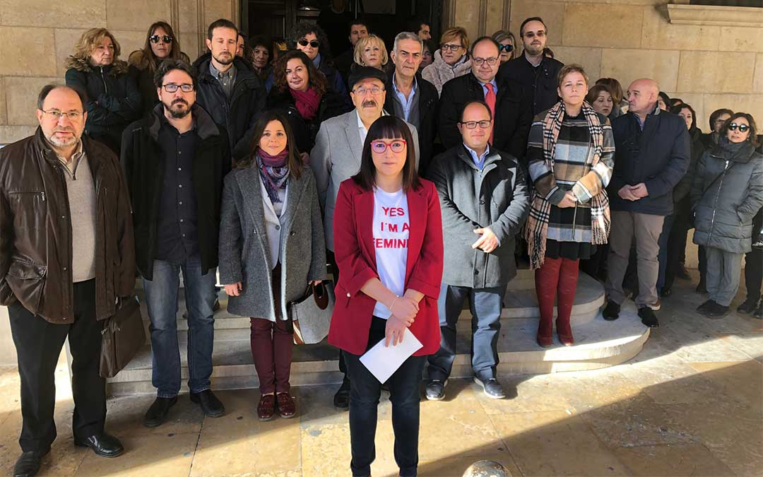 La Diputación Provincial de Teruel se ha concentrado este lunes y ha leído un manifiesto