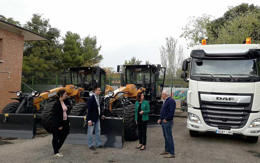 Representantes de la DPZ junto a la nueva maquinaria.