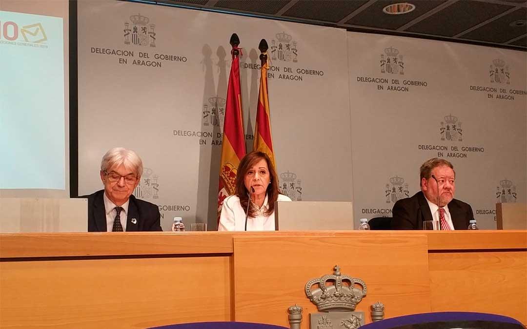 La delegada del Gobierno en Aragón, Carmen Sánchez, junto al subdelegado del Gobierno en Zaragoza, José Abadía, y el secretario general, Luis Roldán.