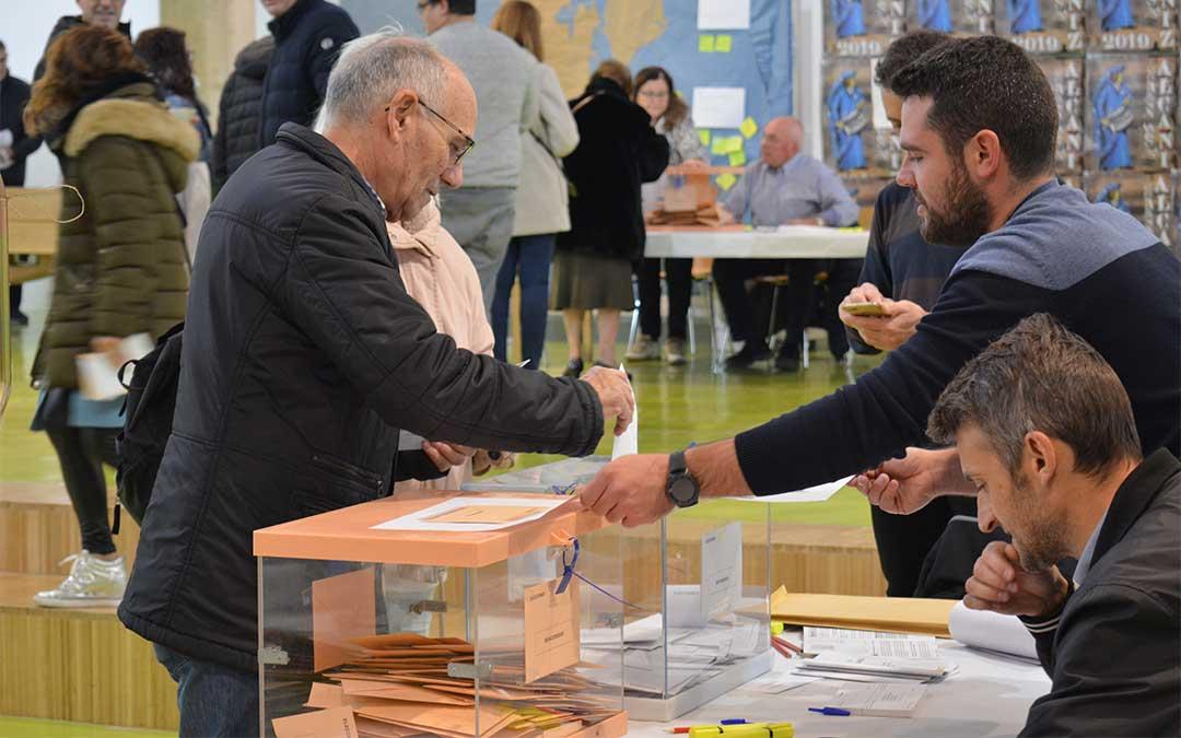 Votantes en el antiguo mercado de Alcañiz / I. Marinescu