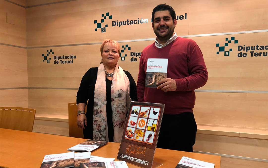 El diputado delegado de Turismo, Diego Piñeiro, junto a la técnica de turismo de la Diputación de Teruel, Mar Villacampa./ DPT