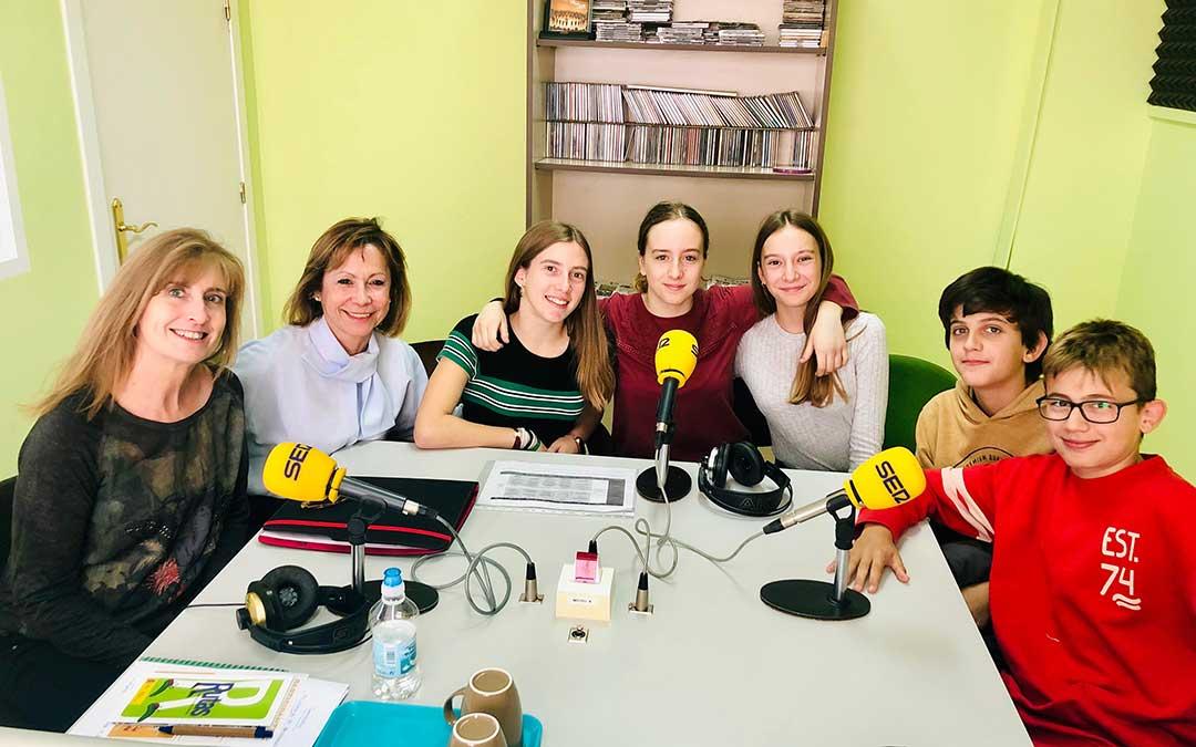 Profesoras y alumnos del IES Mar de Aragón.