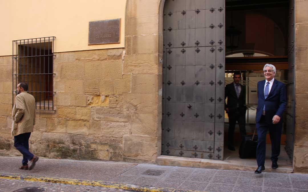 El abogado de los Iranzo, Trebolle, el pasado jueves 28 de noviembre, saliendo del Juzgado. Delante, con americana marrón, el letrado de Feher, Calvente / L. Castel