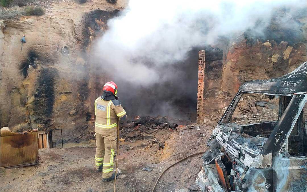 Cuatro bomberos del Parque de Alcañiz han sofocado el incendio que se ha producido en una cochera de Estercuel.