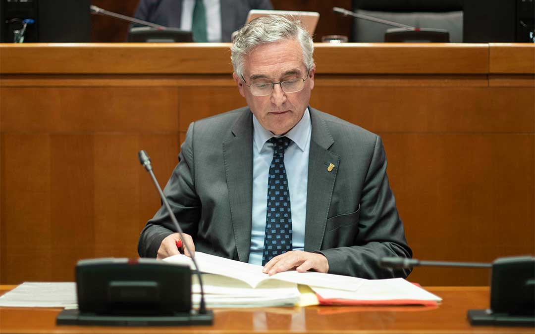 El consejero de Agricultura, Ganadería y Medio Ambiente del Gobierno de Aragón Joaquín Olona, ha comparecido este lunes en las Cortes de Aragón.