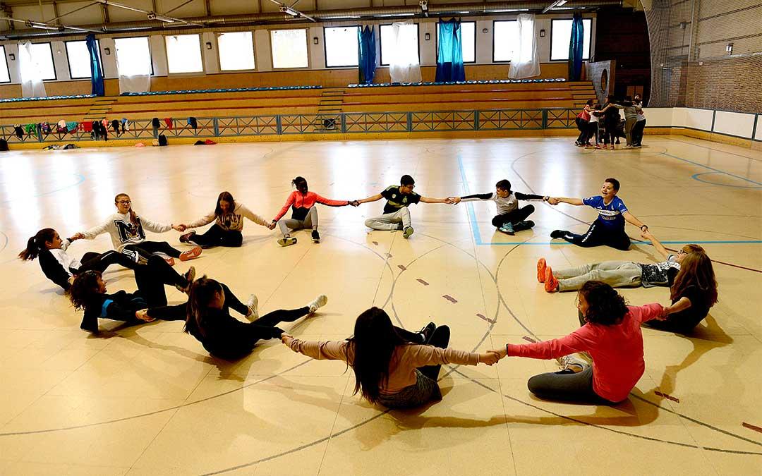 Uno de los retos de habilidad en grupo que han enfrentado los alumnos alcañizanos./ Ayuntamiento de Alcañiz